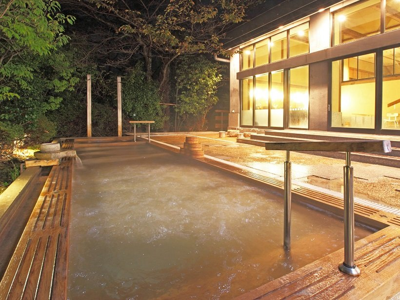 木立の向こうに琵琶湖が望める大浴場、露天風呂
