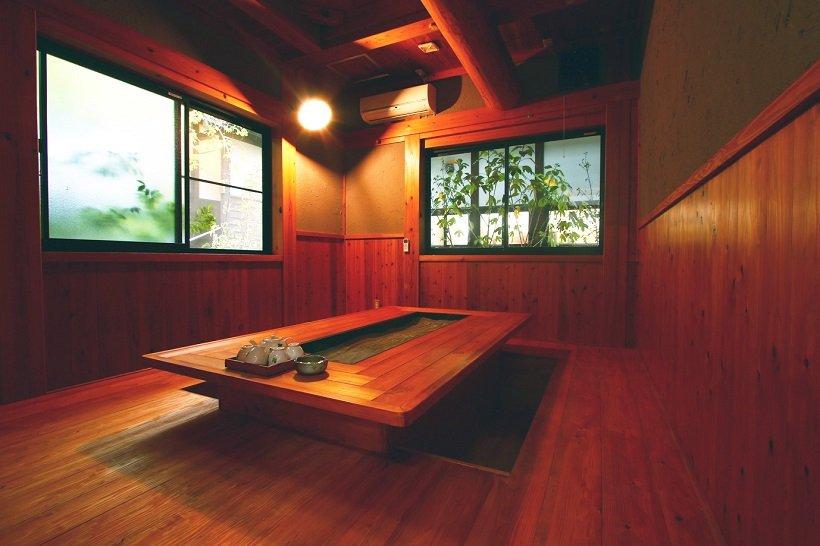 特別室「紅葉」にある囲炉裏食事処。この客室のみ4人利用でき、ほかの客室は2人利用