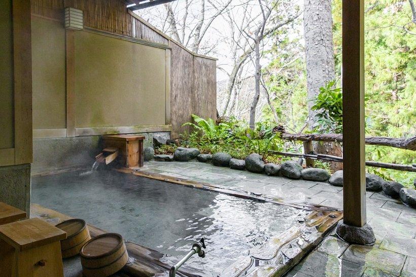 石組みの貸切露天風呂も広い