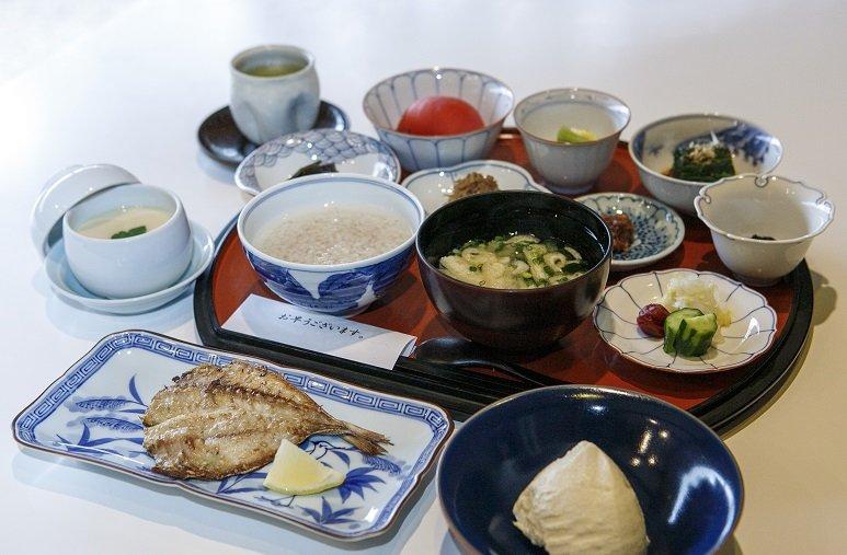 ざる豆腐は、地元「川島豆腐店」の逸品。ミシュランガイドでビブグルマンの評価を得た名店だ