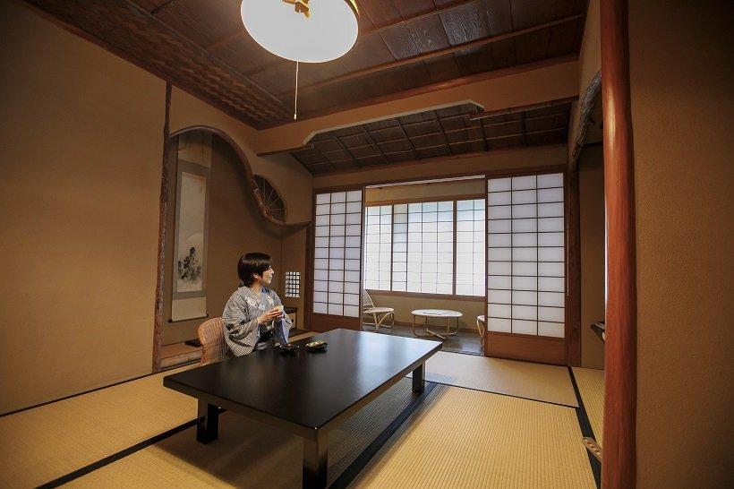 古き良き建築美を色濃く残す客室