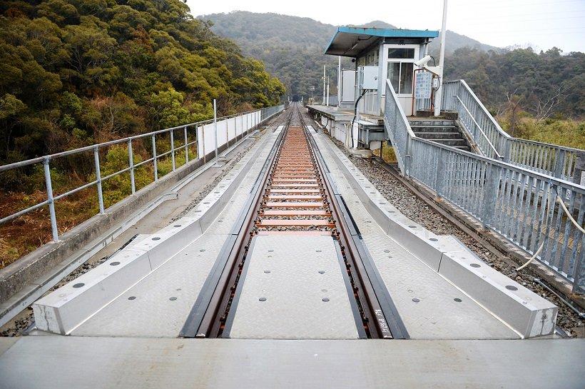 甲浦駅で道路側から線路側を見る。線路と道路がつながっている様子が分かる