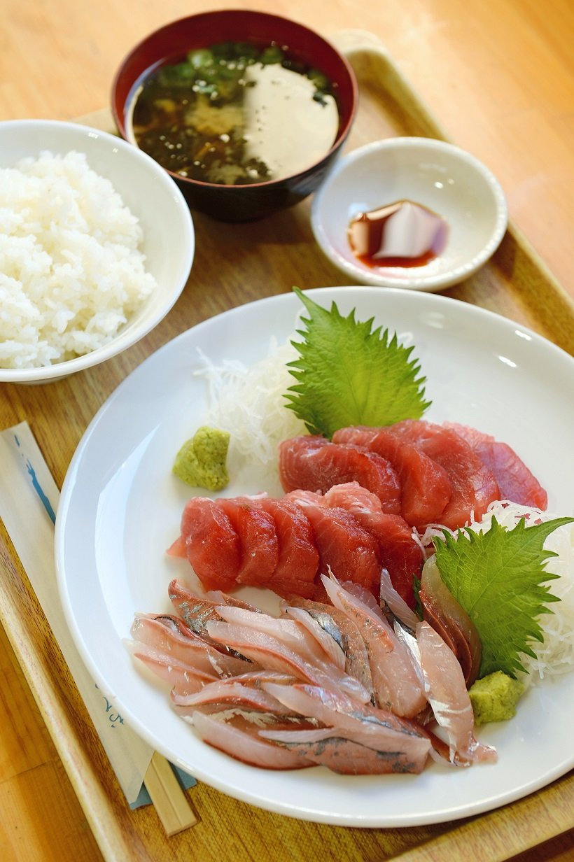 海の駅東洋町で、マグロとアジを買い定食にして味わった。マグロ、アジは300円~400円程度で調理代160円。ご飯とみそ汁各110円