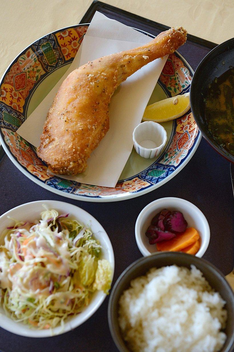 ホテル リビエラ ししくいのレストランで人気の「阿波尾鶏(あわおどり)骨付きもも唐揚げ御膳」1100円