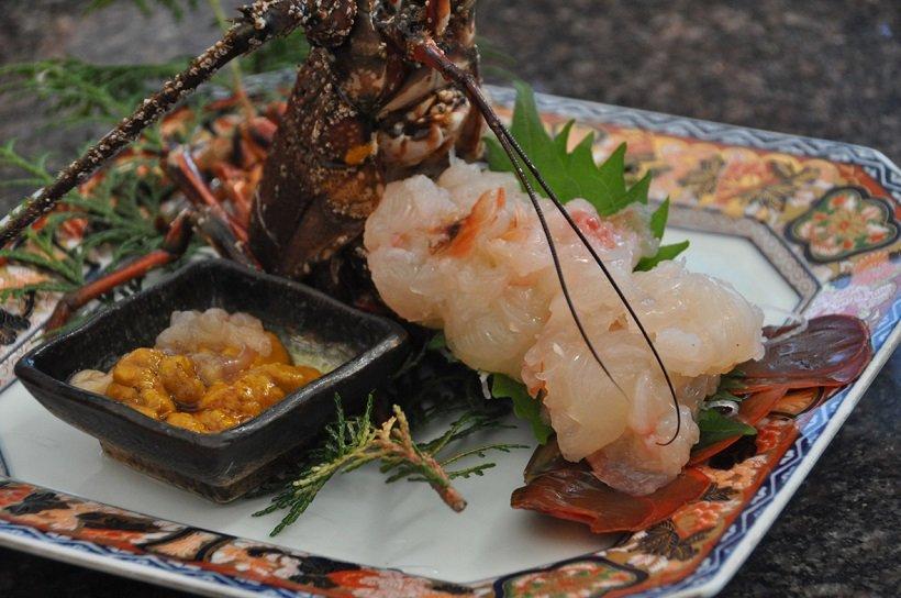 竹正の伊勢エビのお造り。頭のミソをしょうゆに溶いて食べる