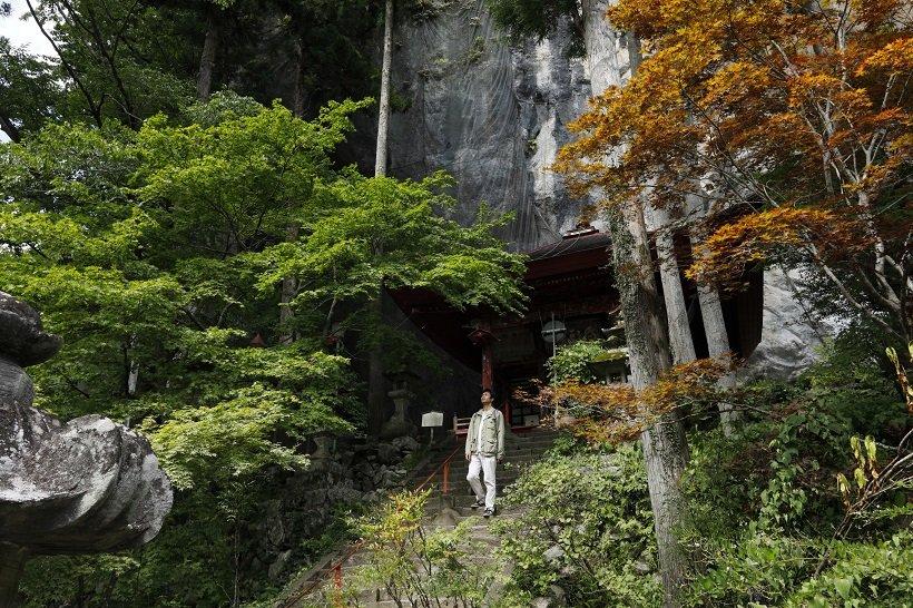 断崖を背に御堂がある橋立堂