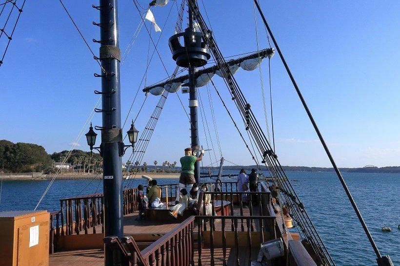 賢島エスパーニャクルーズの船上、甲板やマストの上に大航海時代の船乗りの人形が立ち、航海気分を盛り上げる