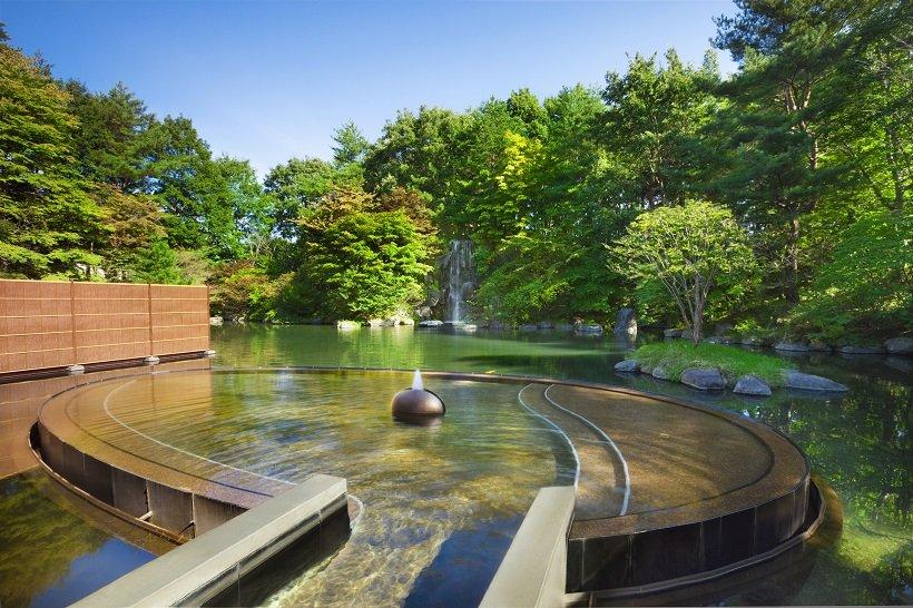 池に浮かぶような露天風呂「浮湯」