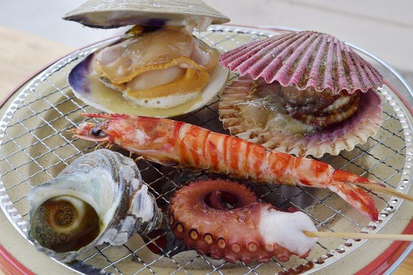 バーベキューで、ヒオウギ貝、サザエ、エビ、タコなどを賞味