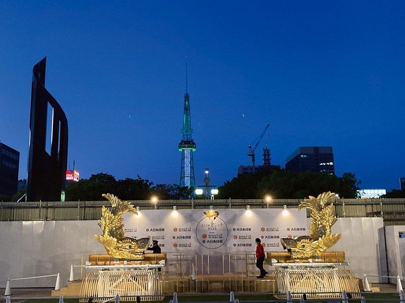 名古屋城の金シャチを地上展示中