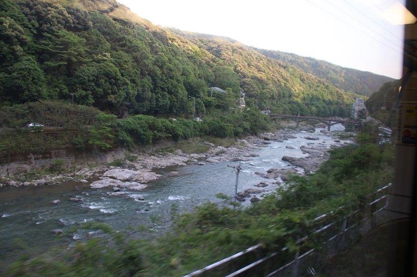 古虎渓駅付近では渓谷を見下ろしながら快走