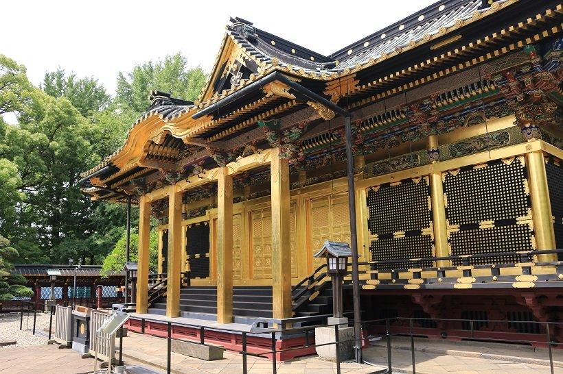 金色の装飾が荘厳な雰囲気を漂わす社殿