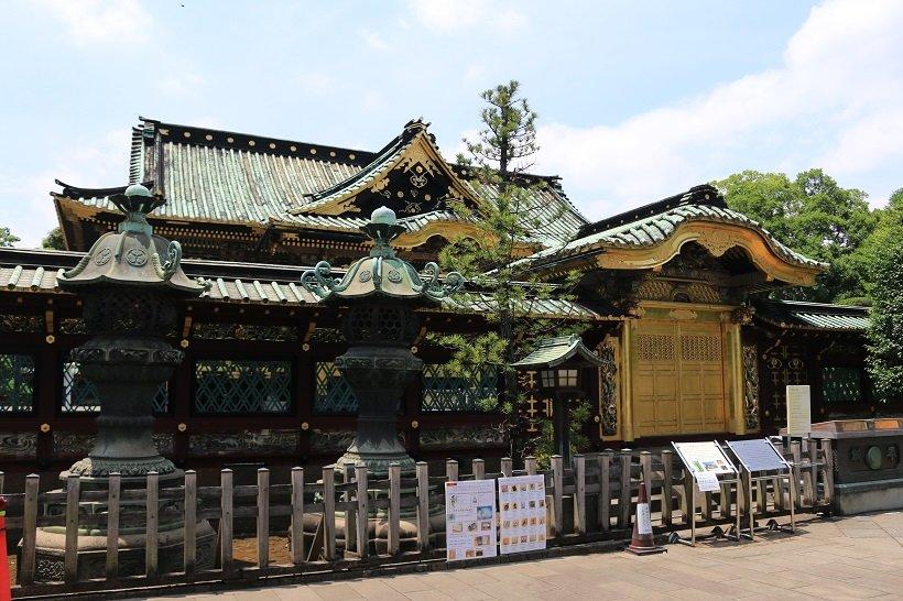 四額面に左甚五郎の彫刻がある唐門。門の両側に並ぶ銅灯籠は、紀伊・水戸・尾張の徳川御三家から2基ずつ寄進されたものだ