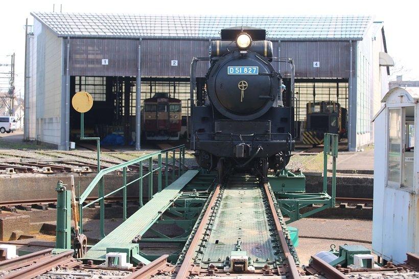 直江津D51レールパークの扇形車庫から転車台に移動するSL「D51 827」(写真/えちごトキめき鉄道)。走行体験は1日4回