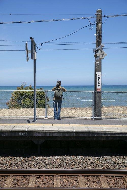 有間川駅のホームからは日本海の大海原を一望