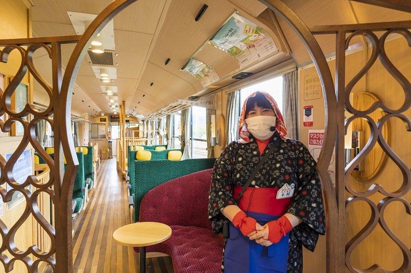 午前中に1往復する「まごころ列車」には絣(かすり)の着物を着た列車アテンダントが乗車する
