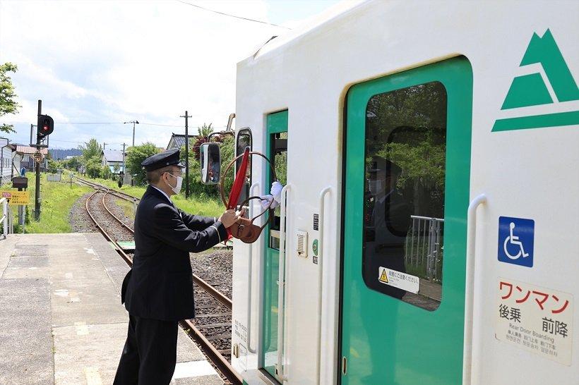 前郷駅では全国的にも貴重なタブレット閉塞式による列車交換が見られる
