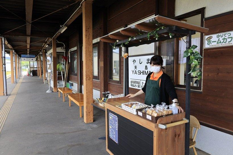 週末、矢島駅のホームにはゆりてつホームカフェがオープン