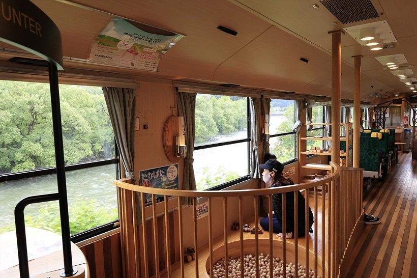 鳥海おもちゃ列車「なかよしこよし」の車内は秋田県産の木材を使用。車内に木のおもちゃもある