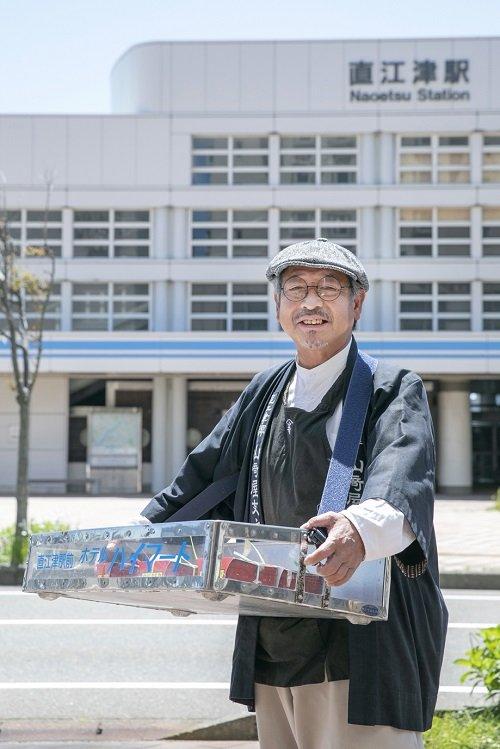 観光列車「雪月花」の運行時は直江津駅で立ち売りも行う