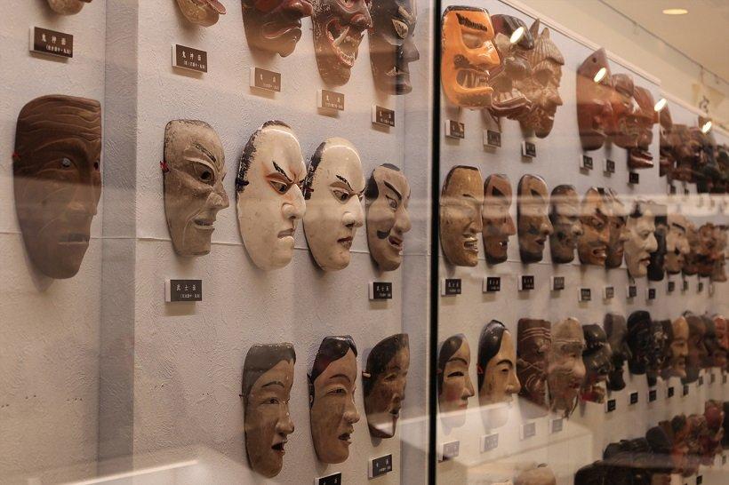 由利本荘市民俗芸能伝承館「まいーれ」は重要無形民俗文化財「本海獅子舞番楽」に関連する品々を展示。公演も行う