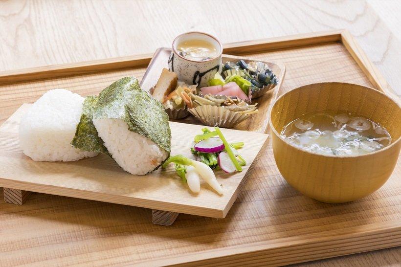 キッチンカフェkinoでは店内の羽釜で炊いた由利本荘市産ひとめぼれのおむすびが味わえる。ほかの食材も地元産にこだわる