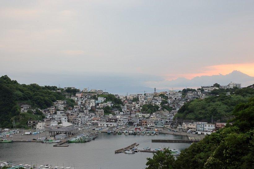 急斜面に家々が並ぶ雑賀崎の漁業集落が車道から見える。イタリアのアマルフィ海岸に似ていることから「日本のアマルフィ」とも