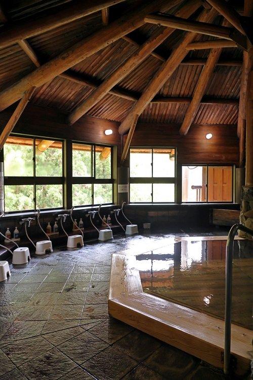 素朴な味わいの「しみず温泉健康館」。マキの木でできた湯船でくつろぐ
